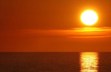 Photo sur Aluminium Rouge traffic Coucher de soleil sur la Côte d'Opale, plage d'Hardelot en France