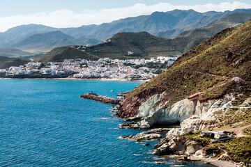 Vista aérea de los acantilados y las montañas que rodean el pueblo costero de San José, en el Parque Natural de Cabo de Gata-Níjar, provincia de Almeria, Andalucía, España