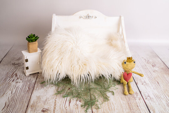 wooden bed for newborn photography