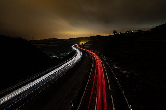 Estela de vehículos al circular por la autovía. foto de larga exposición en Torrox