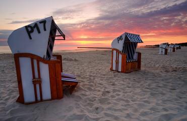 Kosze plażowe na piaszczystej plaży w Kołobrzegu,Polska.