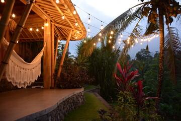 Fototapeta Mały drewniany domek z pięknym oświetleniem. obraz