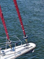 Taue und Seile am fahrenden Boot