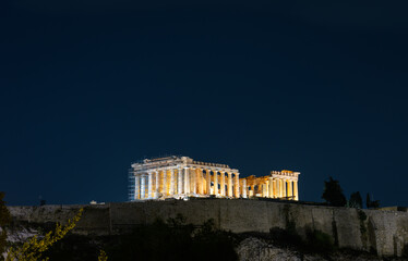Fototapete - Acropolis hill with shiny famous Parthenon temple on night sky background, Athens, Greece.