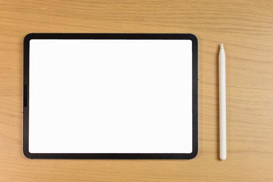 机の上のタブレットとスタイラスペンのモックアップ