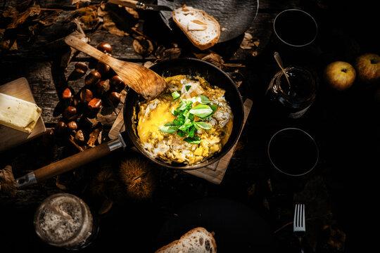 Vegetarische Eierpfanne mit Avocado und Burata in einer Pfanne auf einem Tisch