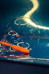 Einzelne Seifenblase an orangefarbigem Blasring