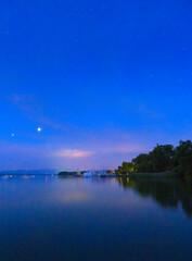 Nachthimmel am See, Bayern, Deutschland