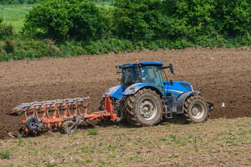 Un agriculteur laboure un champ