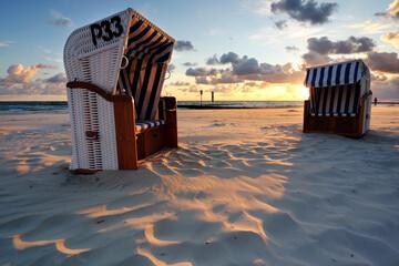 Obraz Kosze plażowe na plaży w Kołobrzegu,wschód słońca na wybrzeżu Morza Bałtyckiego. - fototapety do salonu