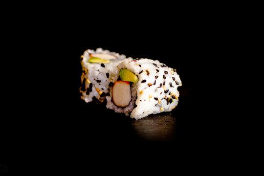 California rolls surimi avocat - Photo de sushis, makis, california, chirashis, sashimis, temakis, yakitoris et plateaux sur fond noir