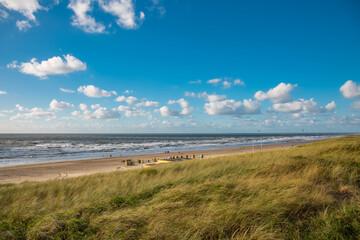 Strandlandschaft  an der holländischen Nordseeküste bei schönem Wetter und blauem Himmel