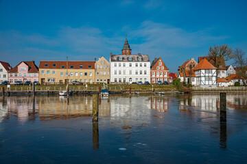 Häuser am Hafen von Glückstadt an der Elbe
