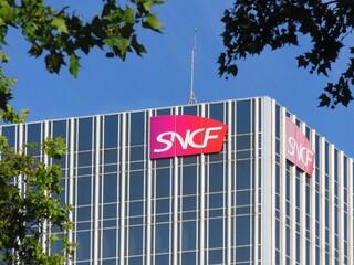 SNCF, enseigne de la célèbre entreprise française de transport ferroviaire au sommet d'un immeuble de bureaux près de la gare de Lyon à Paris – 18 juillet 2020 (France)