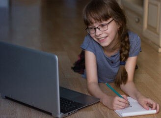 Poster de jardin Doux monstres Cute girl using the internet at home, Happy schoolgirl studiess