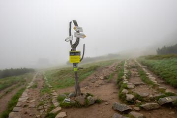 skrzyżowanie dwóch szlaków górskich. Drogowskaz pomaga wybrać dobrą drogę na szczyt