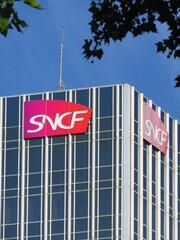 SNCF, enseigne de la célèbre entreprise française de transport ferroviaire au sommet d'une tour de bureaux, quai de la Rapée à Paris – 18 juillet 2020 (France)