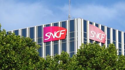 SNCF, enseigne de la célèbre compagnie de chemin de fer française au sommet d'une tour de bureaux, quai de la Rapée à Paris – 18 juillet 2020 (France)