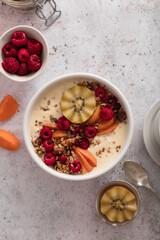 Petit déjeuner bol de granola smoothie et fruits