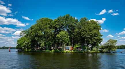 kleine Insel in dem Fluss Dahme in Berlin