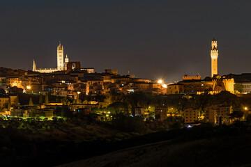 Nächtlicher Blick auf die Altstadt von Siena in der Toskana, Italien