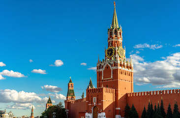 Fototapete - Moscow Kremlin on old Red Square in summer, Moscow, Russia. Beautiful Spasskaya Tower of famous Kremlin on sky background.