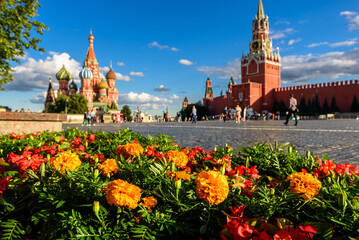 Fototapete - Moscow Kremlin and St Basil`s cathedral on Red Square, Russia. Scenery of central Moscow city, focus on flowers.