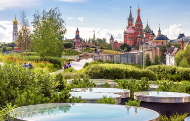 Fototapete - Urban landscape of Moscow, Russia. Landscaped design in Zaryadye Park near Moscow Kremlin, beautiful scenic view of Moscow city center