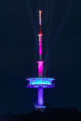"""""""Leuchtsignal"""" Lichtinstallation vom Fernmeldeturm in Porta Westfalica, Deutschland am Abend des 05. Juni 2020"""