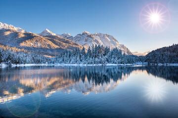 Karwendelgebirge im Winter mit Spiegelung im See