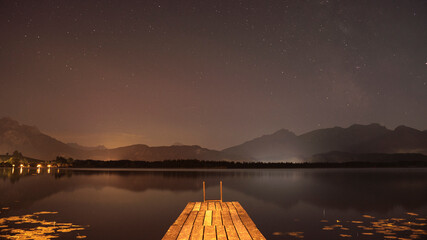 Abendstimmung mit Sternenhimmel am Hopfensee im Allgäu