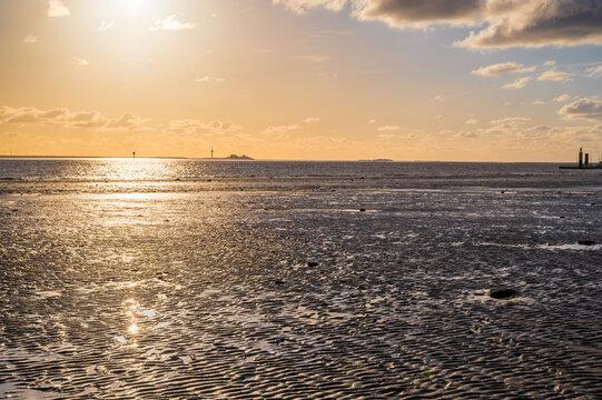 Watt der Nordsee bei Bremerhaven in der wunderschönen Abenddämmerung