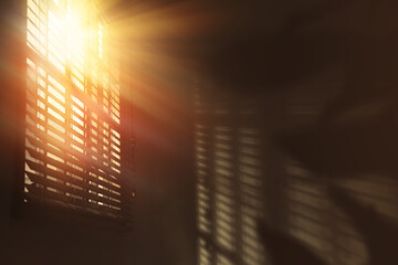 Poster Montagne Sun shining through window blinds in room