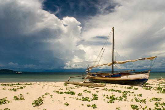 Pirogue à voile échoué sur une plage de l'île d'Antanimoro, archipel Radama - Madagascar