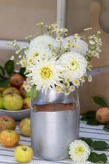 Tisch-Dekoration mit Blumenstrauß in Weiß und Äpfeln