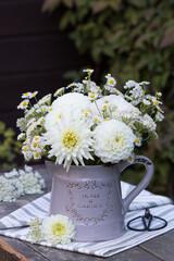 Blumenstrauß in Weiß mit Dahlien, Herbstastern und gemeiner Schafgarbe in vintage Vase