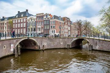 Traditionelle Architektur mit brücken in Amsterdam