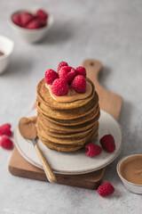Pancakes fait maison avec beurre de cacahuète et framboise