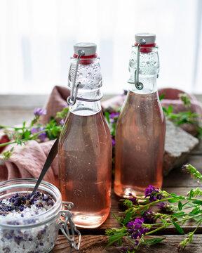 Blumig duftender Lavendelsirup in Einweckflaschen abgefüllt mit Lavendelzucker.