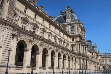 Palais du Louvre à Paris, façade à arcades du pavillon Richelieu (France)