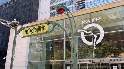 """RATP, enseigne de l'entreprise sur la façade de son siège social à Paris, avec un édicule Guimard Art Nouveau """"Métropolitain"""" (portique d'accès à une station de métro) – 12 juillet 2020 (France)"""