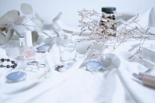 白い布とコスメの明るい透明感のあるイメージ写真
