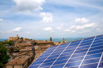 Pannello solare fotovoltaico nel borgo antico