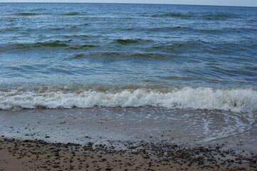 spokojne lekko spienione morze Bałtyk pełnia lata lipiec