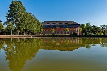 Die Orangerie spiegelt sich im Wasser in Darmstadt, Hessen, Deutschland