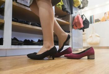 靴を試着する