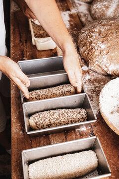 Bäcker beim Brot backen