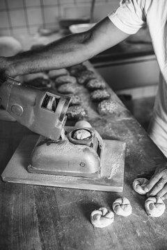 Bäcker beim Semmel backen
