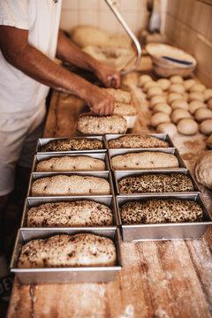 Bäcker beim Brot backen-Backform