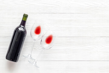 Fototapete - Wine bottle and glasses on white wooden background from above copy space
